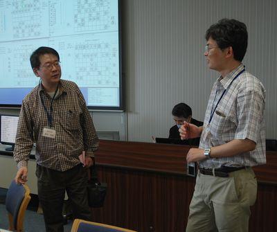 第19回世界コンピュータ将棋選手権にて。写真左が森田和郎さん。